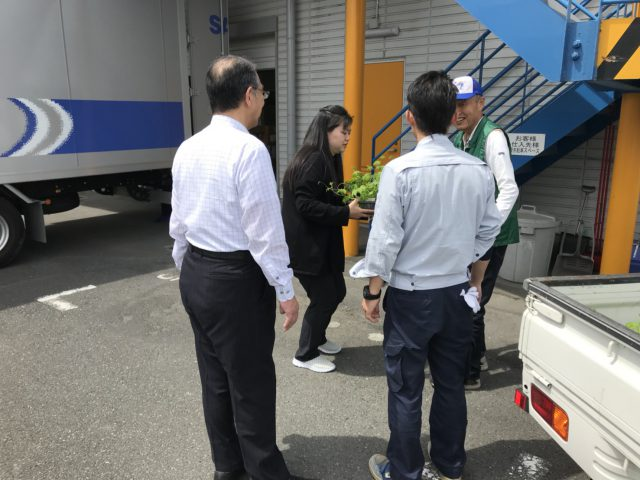 ゴーヤを配る会長と附田さん